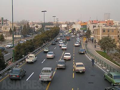 【「いつも渋滞のテヘラン首都高。ガソリン配給制は交通渋滞と大気汚染にも効果的だろう】