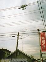 【市街地上空を飛ぶ米軍E-2C早期警戒機】