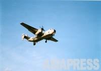 【厚木基地に着陸しようとする米軍C-2A輸送機】
