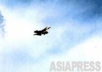 【市街地上空を飛ぶ米軍FA-18戦闘攻撃機】