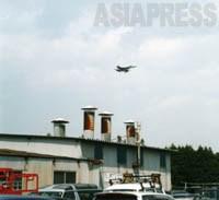 【市街地上空を低く飛んで厚木基地に着陸しようとする米軍FA-18戦闘攻撃機】