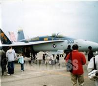 【厚木基地の日米親善桜祭りで展示された米軍FA18戦闘攻撃機と来場者】