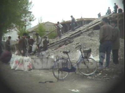 建設現場に駆り出された労働鍛練隊の収容者たち。この「ただの労働力」を、特権層の幹部たちは、私用に使うという行為も横行しているという。(2005年5月、清津市 リ・ジュン撮影)