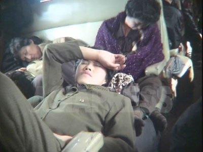停電で度々列車は止まる。出発を待ちくたびれた乗客(2005年5月 リ・ジュン撮影)