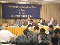 【外国特派員協会でのリムジンガン(日本語版)創刊記者会見には70人をこえる報道陣がつめかけた】(2008/4/3/東京・有楽町・日本外国特派員協会) ©ASIAPRESS