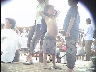 90年代飢饉の末期の咸鏡北道茂山郡の市場を徘徊するコチェビ(1999年9月キム・ホン撮影)