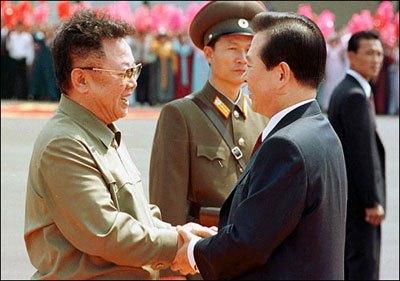 順安空港で金総書記に出迎えられた金大中氏は、交通事故で股関節を悪くしたせいで、ゆっくり「ひょこひょこ」金総書記に近づいて行った。 このシーンは朝鮮の人々に強い印象を与えたようで、年長の南の大統領が、体が不自由なのを押してわざわざ来てくれたと感動して、「金大中ファン」が大勢生まれたという。(2000年6月 韓国代表取材団)