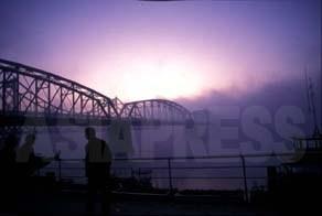 鴨緑江の夜明け  1995年 石丸次郎撮影