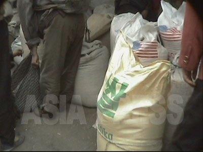 韓国と米国からの支援食糧が封が切られないまま市場に並んでいる。(2004年7月リ・ジュン撮影)