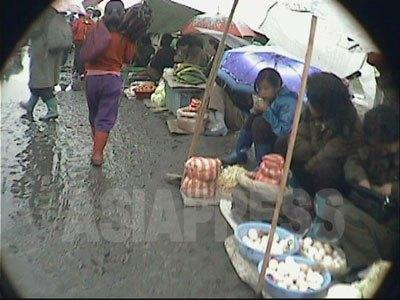 清津市内の露天市場(2004年7月 リ・ジュン撮影)