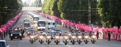 韓国の盧武鉉大統領(当時)一行を乗せた車列が平壌中心部を走る。盧大統領の平壌訪問が、うんざりするような市場統制のきっかけになった。(2007年10月 韓国青瓦台HPより)