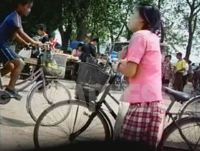 日本からの中古自転車は、質によって一台5万~20万ウォン(2008年7月時点で100円は約3000ウォン)程度で取引されている。決して安くないが、都市住民には生活に欠かせない大切な足になっている。(2007年8月 黄海北道の沙里院(サリウォン)リ・ジュン撮影)