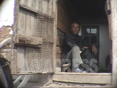 玄関先を失礼します! 両江道恵山市内の中心部で偶然捉えた一般住宅の玄関。(2003年9月 アン・チョル撮影)