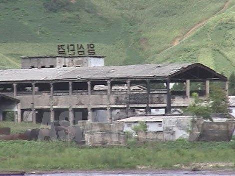 廃墟になった青水化学工場の非軍需工場の姿 武器を生産輸出する軍需職場とは違い、民需の職場は稼動が中断して配給も月給もないため、一時は略奪による盗難被害を多く被った。現在も復旧の見込みはないという。