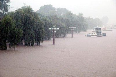 山の木が伐採されつくした朝鮮は、豪雨があるとすぐ洪水が発生して農村地帯に被害が発生する。写真は水があふれた平壌市内の大同江。(2007年7月 朝鮮中央テレビより)