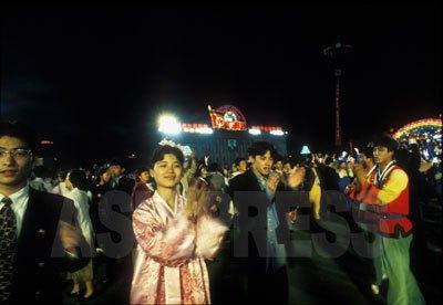 外国からの賓客歓迎行事に動員されるのは本当に苦痛だと、多くの脱北者が言う。写真は1995年5月、アントニオ猪木氏のプロレス興行で訪問した日本人客のための夜会に動員された平壌の人々。(石丸次郎撮影)