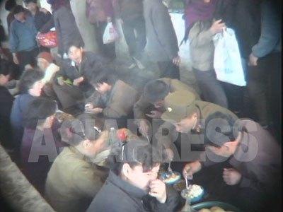 市場の中の食べ物売り場は、朝鮮の《世論》が露出する場でもある。(2005年5月平安南道安州郡 リ・ジュン撮影)