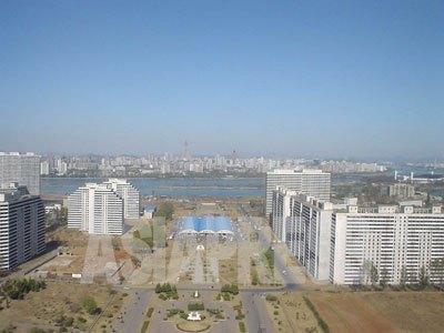 みかけは美しい平壌中心部のアパート街。だが、高級幹部用を除いて、ほとんどのアパートは暖房が利かずエレベーターもない。(2005年秋 シム・ウィチョン撮影)