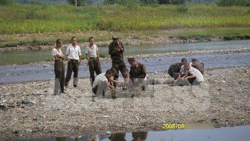 少し離れた河原で火をおこして盗んできたトウモロコシ食事の準備をするヒョロヒョロの兵士たち。