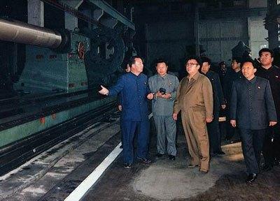 工場視察中の金正日の後ろに「党機関」の実力者だった延亨黙(ヨン・ヒョンムク、右の眼鏡姿)が控えている。(わが民族同士HPより)