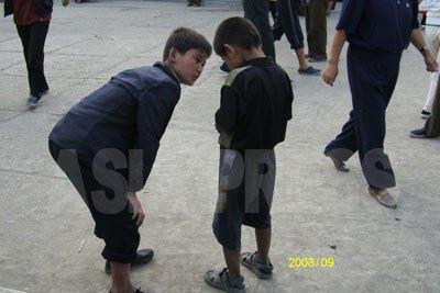 コチェビ(浮浪児)の兄弟だろうか。市場に行けば食べ物があるので物乞いの子供が集まってくる。(2008年9月 チャン・ジョンギル撮影)