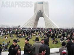 【行進を終え、終点のアザディー広場でくつろぐ人々。バックはアザディータワー】(撮影:大村一朗)