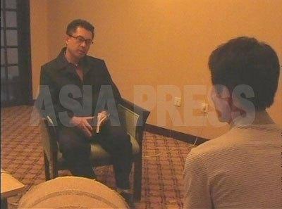 丹東市のホテルでインタビューに応じてくれたB氏(右)。(2008年9月 アジアプレス取材班撮影)