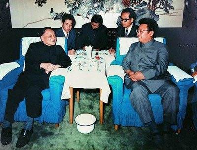中国を訪問した40代の金正日と会談する鄧小平。(わが民族同士HPより)
