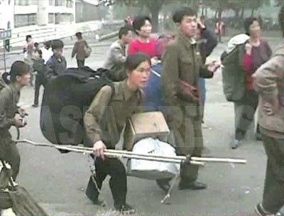 大荷物を持って市場に向かう。(2008年10月海州市 シム・ウィチョン撮影)