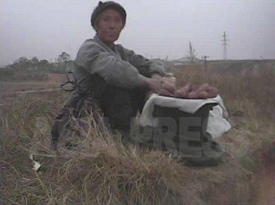 サツマイモ売りの老女。(2008年10月海州市 シム・ウィチョン撮影)