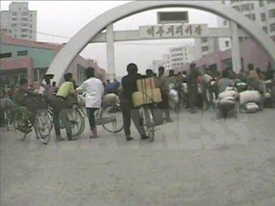市場の開場を待つ人々。(2008年10月海州通り市場 シム・ウィチョン撮影)