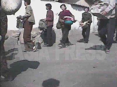 取締りの保安員に追い立てられて荷物を持って移動するメットゥギ市場の女性たち。(2008年10月海州市 シム・ウィチョン撮影)