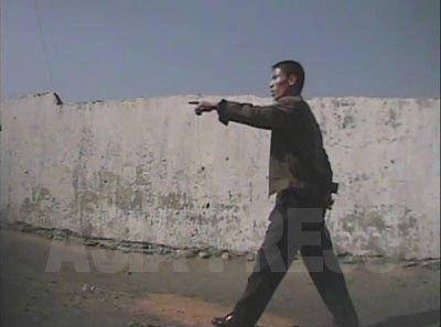 「早く片づけろ」。どなり散らして路地商売を取り締まる保安員。(2008年10月海州市 シム・ウィチョン撮影)