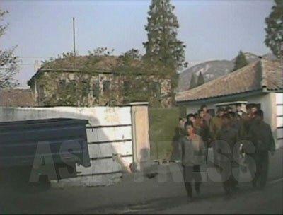 早朝、強制労働現場に向かうために労働鍛練隊から出てきた収容者たち。(2008年10月海州市 シム・ウィチョン撮影)