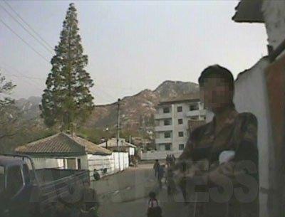 収容されている夫にたばこの差し入れに来た女性。(2008年10月海州市 シム・ウィチョン撮影)