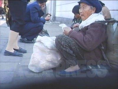 男性と40歳以下の女性の商売が禁じられているため、年寄りが商売に出ざるを得ない。長生きしても辛いわけだ。(2007年10月平壌市 リ・ジュン撮影)