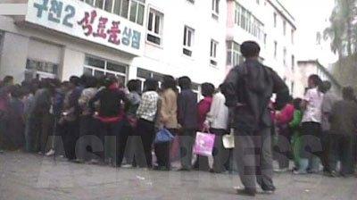 10月10日の党創立記念日を前に、国営商店による人民班(最末端の行政・住民組織、隣組)への「祝日供給」の様子。(2008年9月沙里院市 シム・ウィチョン撮影)