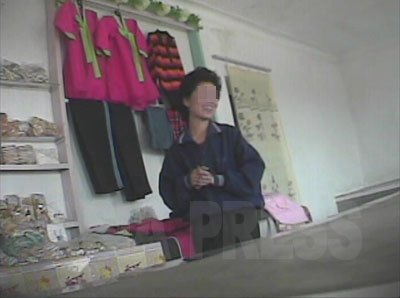 ある地方の国営商店の内部。(2008年10月 シム・ウィチョン撮影)