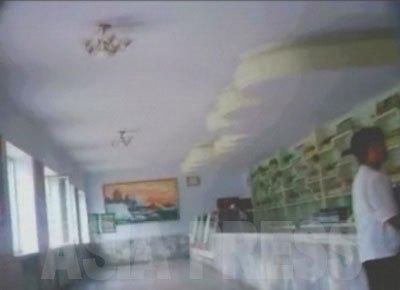 市場とうってかわって、国営の直売店(国営工場が直接販売できる店)の中は閑散としている。(2008年9月沙里院市 シム・ウィチョン撮影)