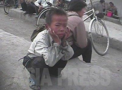 市場で物乞いをしていた少年。(2008年10月東海州市場 シム・ウィチョン撮影)