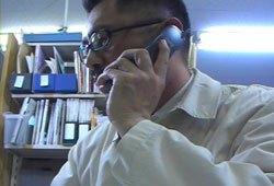 電話インタビューする石丸次郎。(2009年5月27日アジアプレス大阪オフィス)