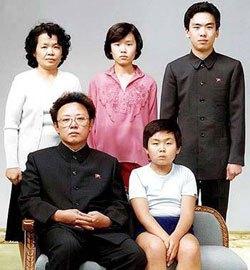 金正日と並んで座る金正男。80年代半ば撮影と思われる。金正男の伯母の成恵琅氏(後方左)が公開した写真。