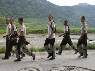 屋外での作業を終え部隊への帰路につく若い兵士の一団。体躯が細い。この世代から下の人口のへこみが著しい。(2008年9月平壌市江東郡 チャン・ジョンギル撮影)