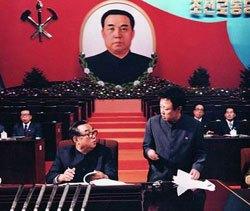 1980年に開催された朝鮮労働党第6回大会における金日成と金正日。金正日は党中央委員会書記に就任し内外にナンバー2であること誇示した。(わが民族同士HPより)