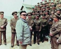 90年代末に先軍時代を宣布して以来、金正日は側近と軍部隊を訪問する回数が急増した。ポスト金正日体制に軍が関与できるのかどうか、現段階では未知数だ。(わが民族同士HPより)