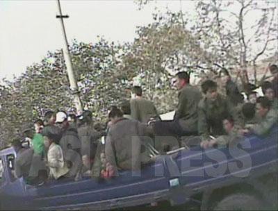 早朝、トラックに乗せられて労働現場に連れて行かれる労働鍛練隊の収容者たち。(2008年10月黄海南道海州 シム・ウィチョン撮影)