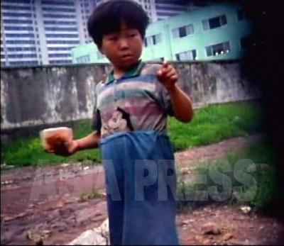 平壌市民がみないい暮らしをしているという認識は間違いだ。少なくない平壌市民がその日その日を何とか食いつなぐ生活だ。写真は楽浪区域をうろついている少女コチェビ。(2007年8月 リ・ジュン撮影)