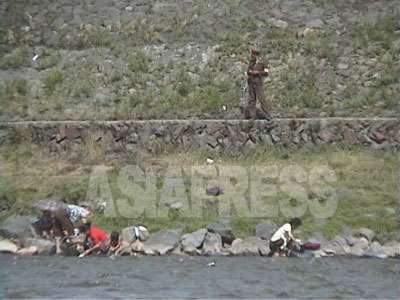 脱北難民が急増した90年代後半、国境警備兵の主要任務は住民が中国に脱出することを防ぐことだった。(1997年8月 鴨緑江上流の恵山(ヘサン)市を中国側から石丸次郎撮影)
