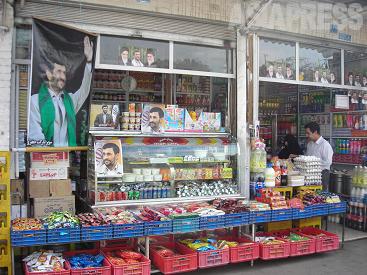 【レイのバーザール地区にて。現職のアフマディネジャード大統領を支持する店舗】(撮影:大村一朗)
