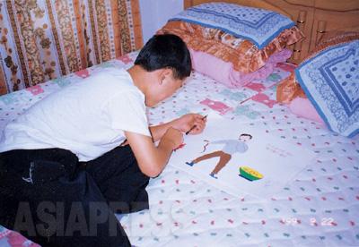 中国の隠れ家で絵を描くキルス